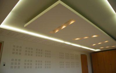Aménagement bureau de direction plafond et doublage acoustique en plaque de plâtre perforée, avec corniche lumineuse