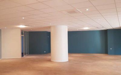 Aménagement plateau de bureaux, doublage isolant, cloison acoustique, faux-plafond acoustique et habillage de poteau circulaire