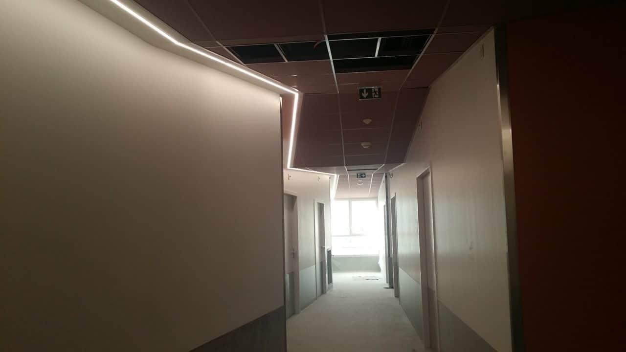 Cloison de distribution coupe feu et acoustique, gorge lumineuse staff en plafond