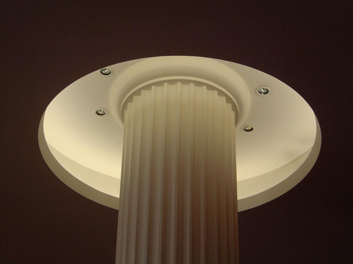 Colonne en staff avec plafond plaque de plâtre et gorge lumineuse circulaire