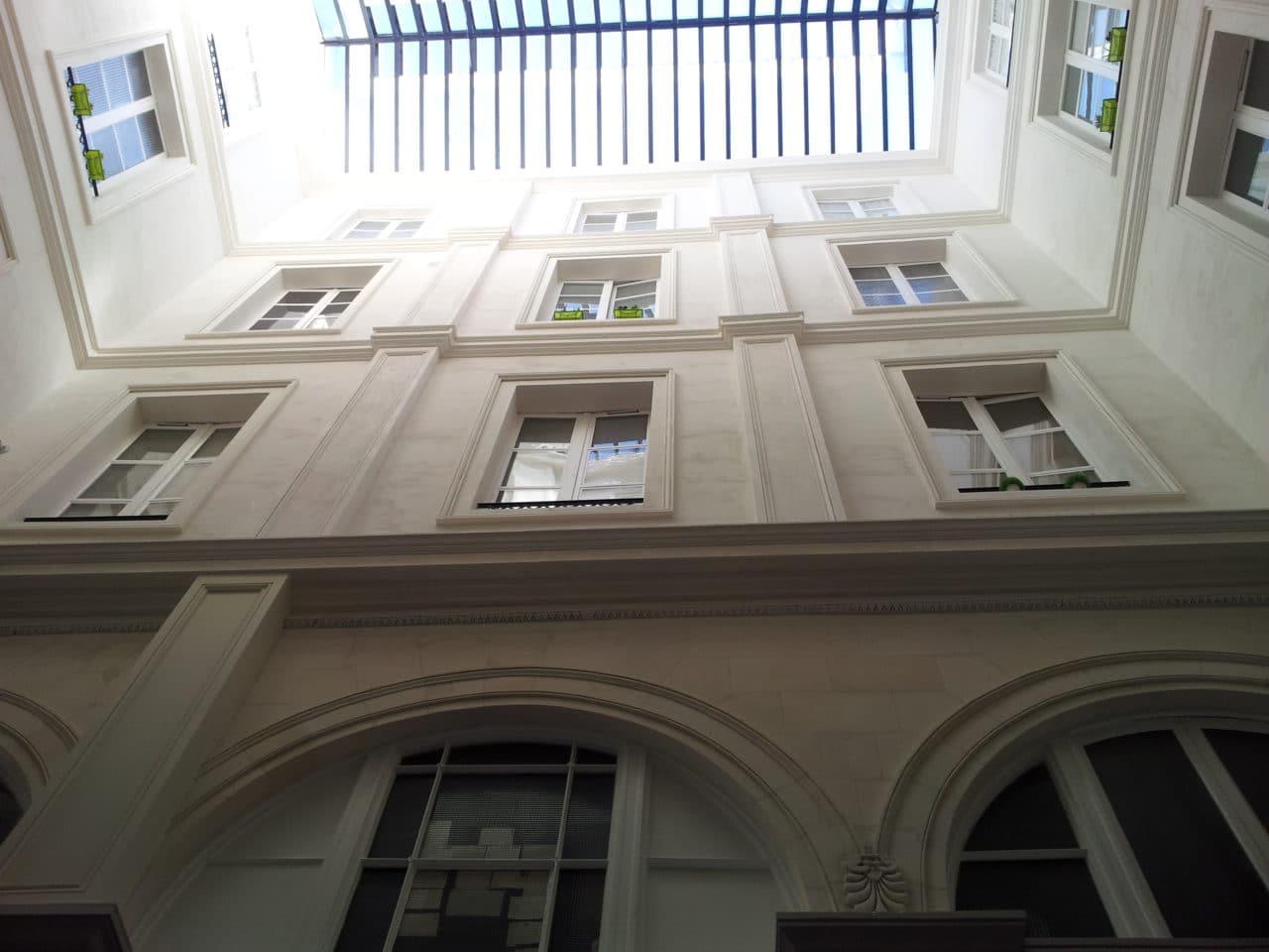 Enduit plâtre et chaux sur passe couvert + corniche et pilastre en staff en rénovation