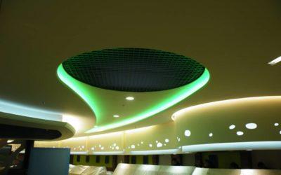 Fabrication et pose de plafond et retombée de bar décoratif en staff d'une cafétéria.