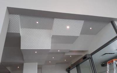 Plafond acoustique décoratif en plaque perforée, hall de la Présidence de l'Université de Nantes
