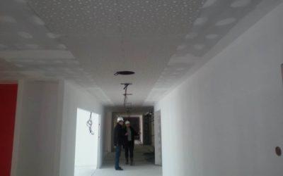 Plafond acoustique sur circulation en plaque de plâtre perforée (crèche)