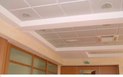 Plafond décoratif et acoustique en plaque de plâtre perforée, avec façon de corniche lumineuse périphérique (open-space)