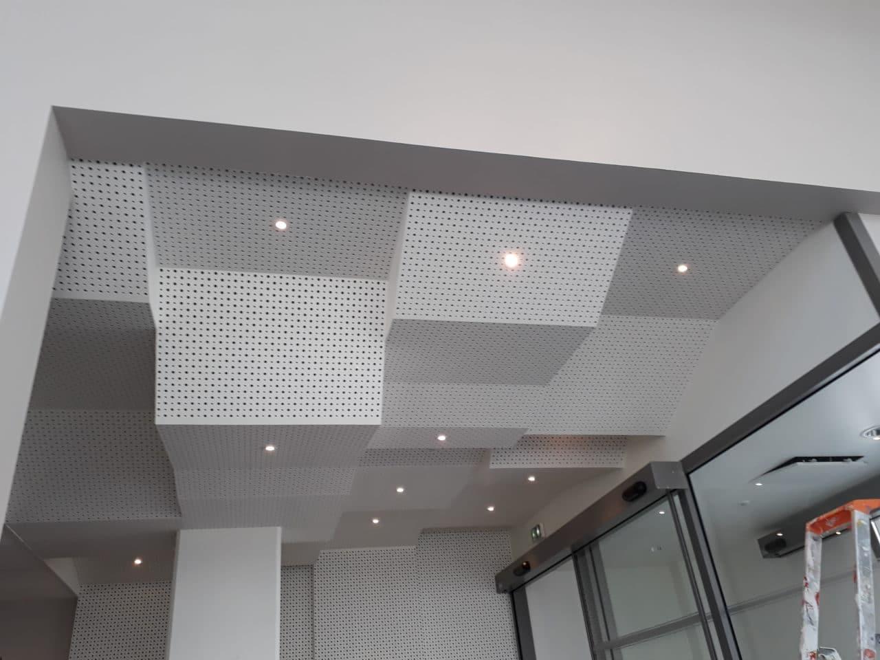 Plafond décoratif et acoustique façon caisson hall d'entrée bureau