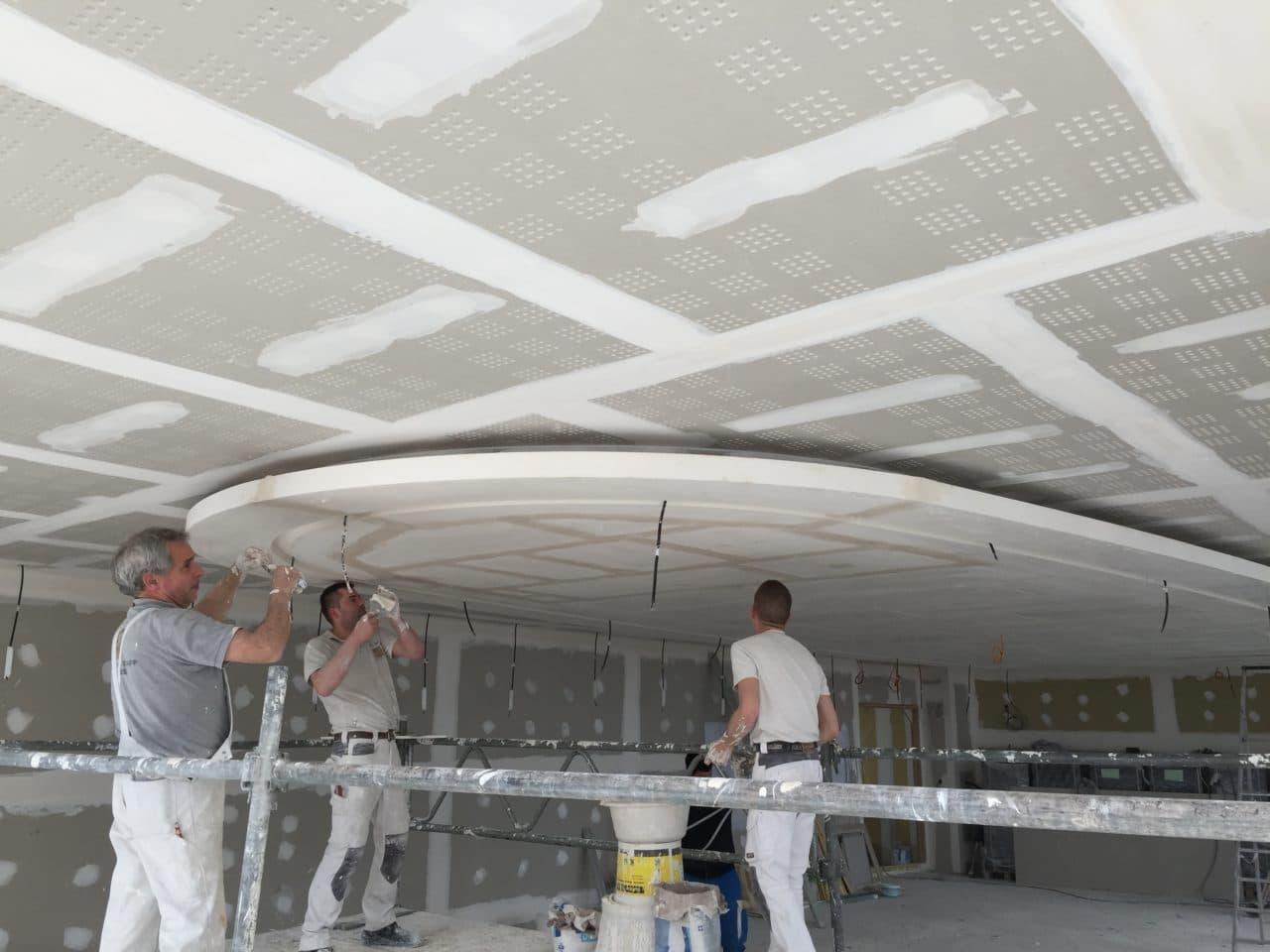Plafond décoratif, plaque de plâtre acoustique perforée et staff
