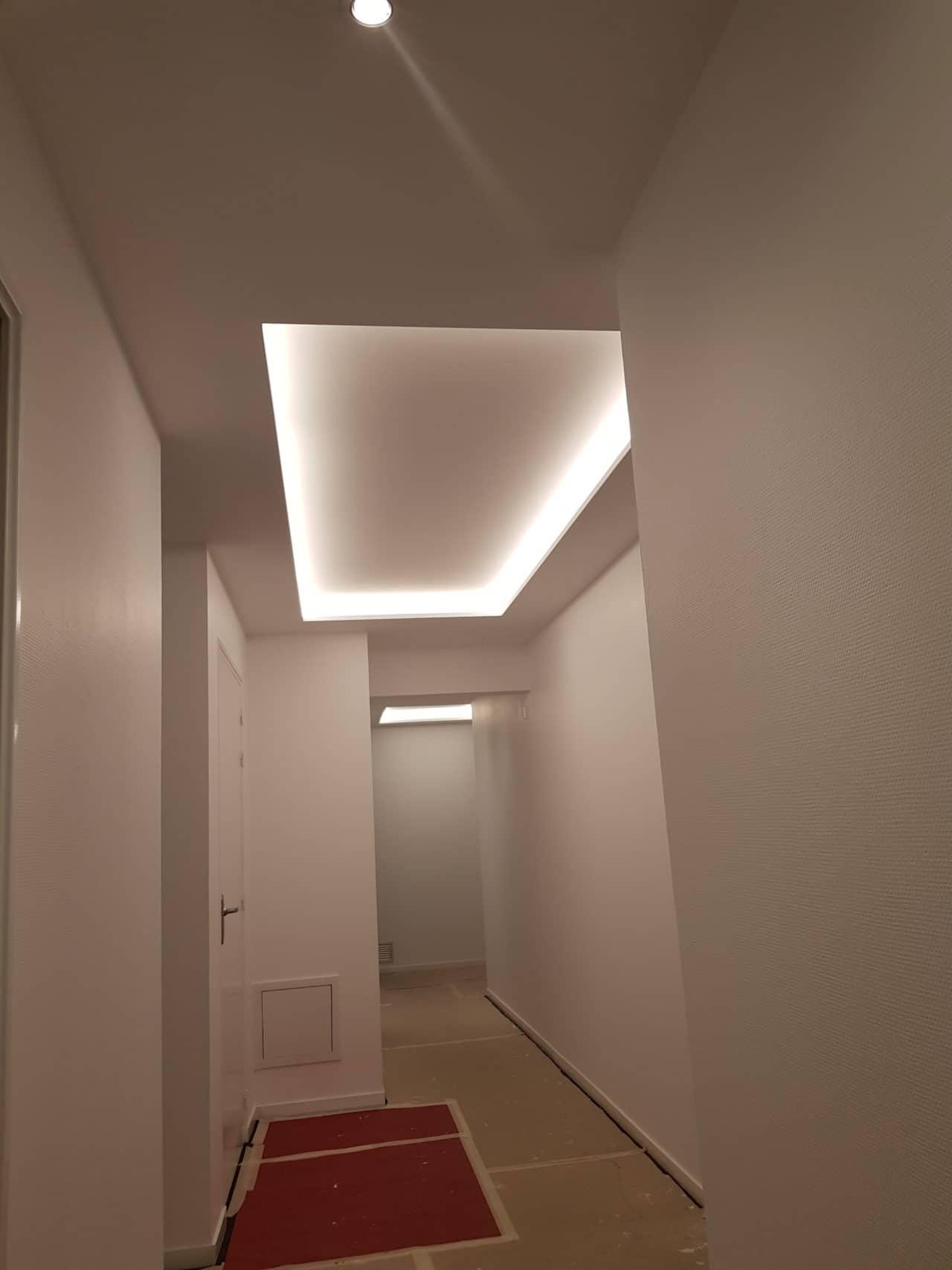 Plafond plaque de plâtre avec gorge lumineuse, circulation bureau
