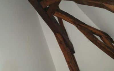 Plafond sous rampant en plaque de plâtre, avec isolation, complexité poutres apparentes