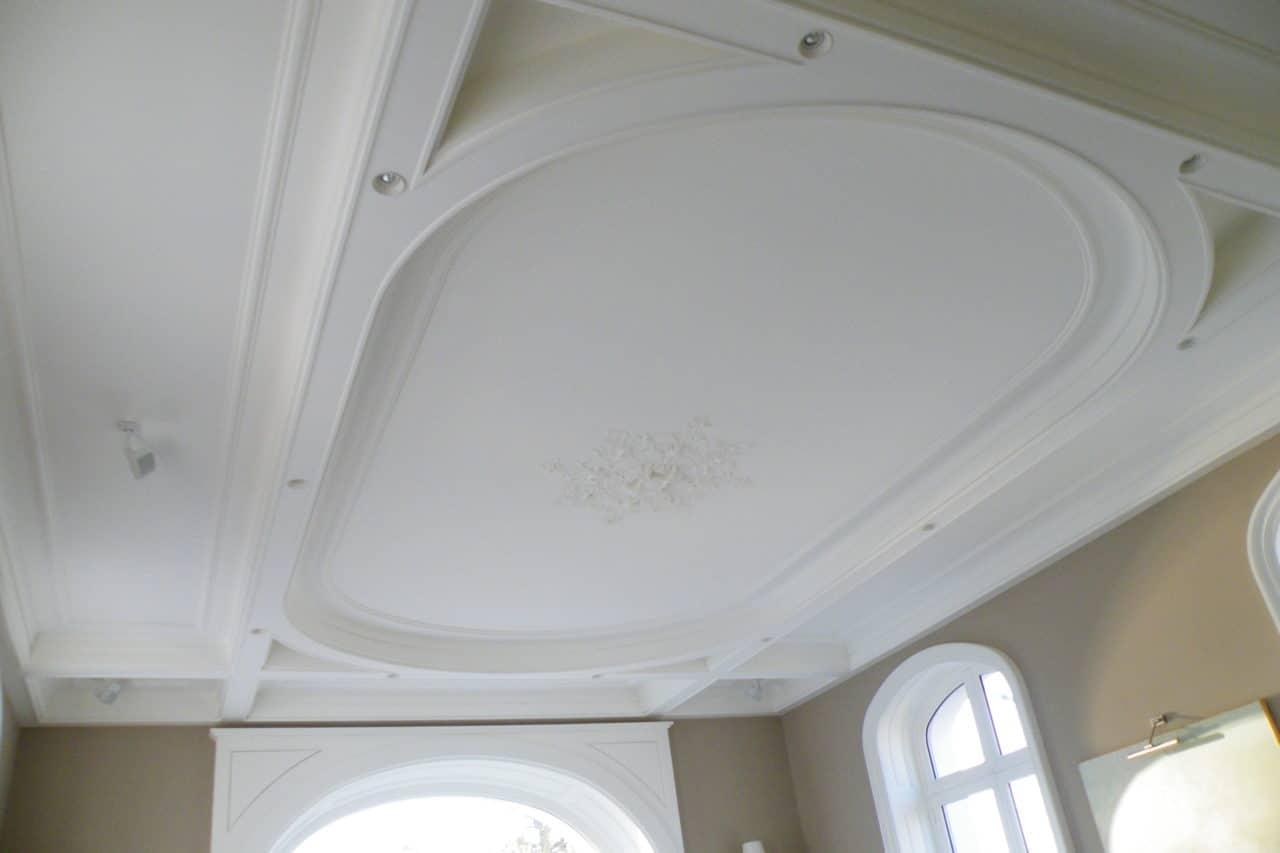 Plafond staff décoratif caisson mouluré, corniche staff et rosace encastrée