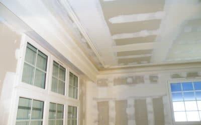 Réalisation de plafond et doublage isolant, avec pose de corniche et moulure en staff