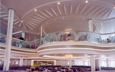 Salle à manger du navire de croisière LEGEND OF THE SEA, éléments en staff courbe formant habillage de rive de trémie et plafond décoratif